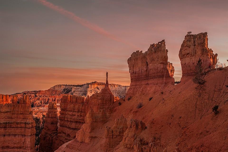 夕暮れに染まるブライスキャニオン国立公園の風景