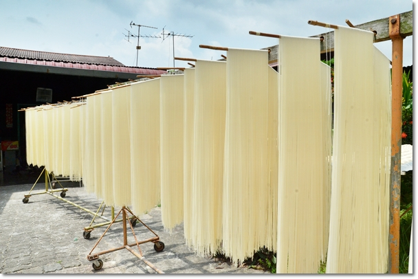 Drying Out the Mee Suah