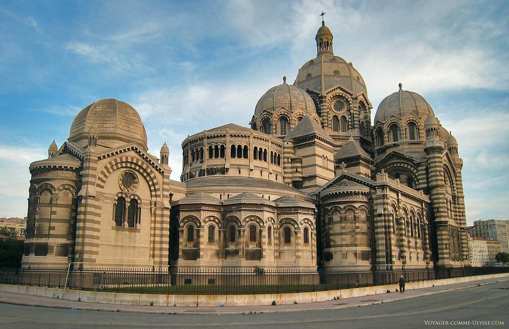 Le coté Nord de la cathédrale (derrière). A gauche, nous avons la Chapelle de la Vierge, en plein milieu de la photo on distingue trois chapelles de l'abside.
