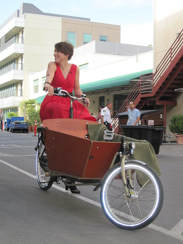 Emily Finch gives Ricki Lake a bakfiets ride
