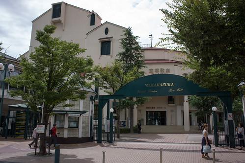 穿過花之街, 終於來到寶塚歌劇院