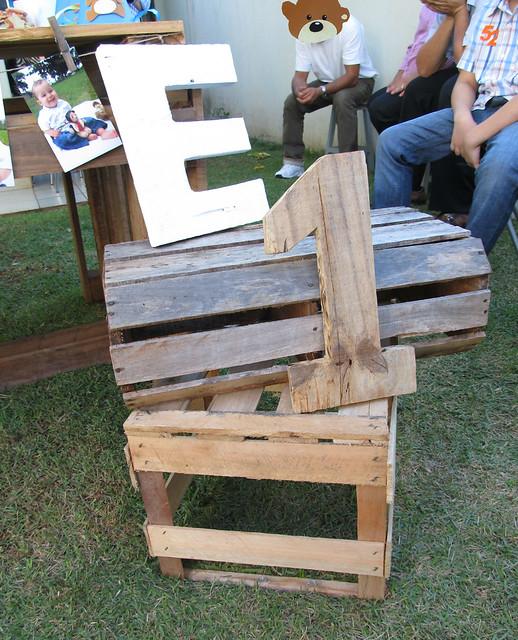 Inicial E do alfabeto esculpido em madeira, numero 1 esculpido em madeira