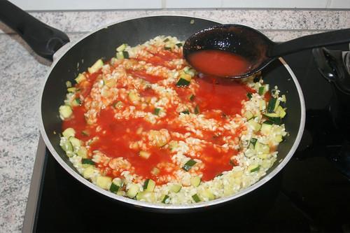 23 - Tomatensaft hinzugeben / Add tomato juice