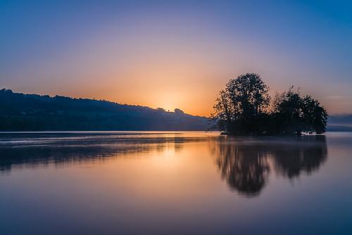 sea lake island dawn schweiz see twilight nikon tripod luzern insel isle morgen islet d800 blauestunde ndfilter stativ morgenstimmung sempachersee morningmood sursee graufilter fernauslöser remotecontrolrelease neutralgrayfilter nikkorafs2470f28 lakesempach gammainsel neutralgreyfilter fokusblick