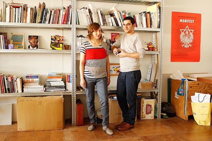 אביגיל יחד עם שותפהּ לסטודיו ובן־זוגה - שלומי נחמני