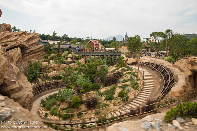 HKDL Oct 2012 - Riding Big Grizzly Mountain Runaway Mine Cars