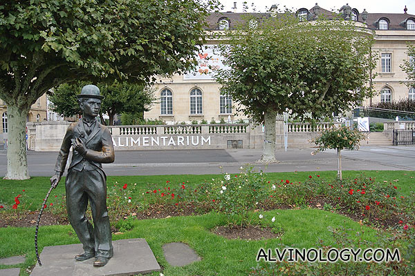 Statue of Charlie Chaplin in front of the Alimentarium