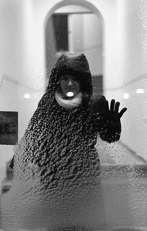 Snöformation på dörrglaset