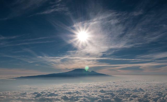 Vista del Monte Kilimanjaro sobre las nubes