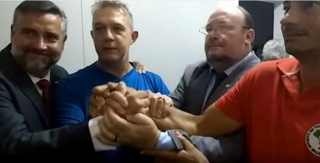 Geógrafo José Valdir Misnerovicz (de azul) entre apoiadores  - Créditos: Reprodução