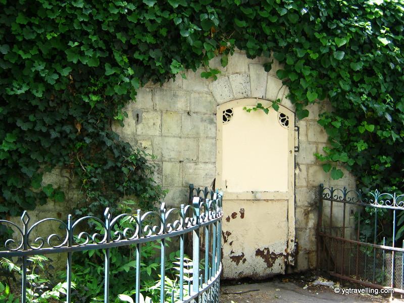 Secret door of Montparnasse cemetery