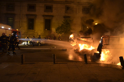 Bomberos apagando barricada de fuego en la Calle Atocha (23:00)