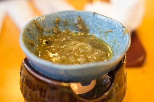 吃炭燒蟹腳專用的惹味蟹醬, 不知道混合了甚麼, 但濃濃的極為好吃!