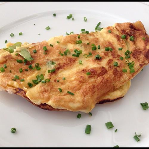 Omelette mit grünem Spargel und Trüffelöl zum Frühstück
