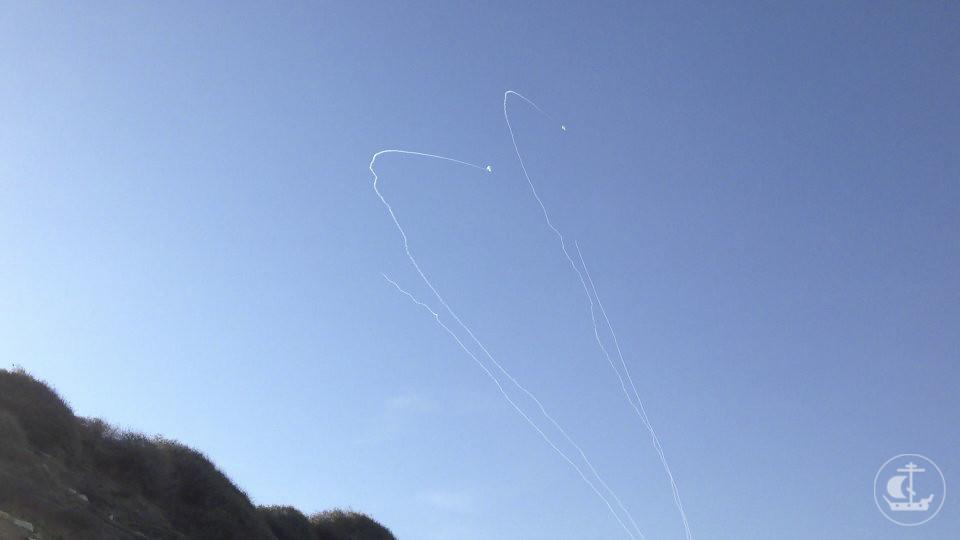 Ракетный обстрел Ашкелона (правые две ракеты уже сбиты системой Стальной купол)