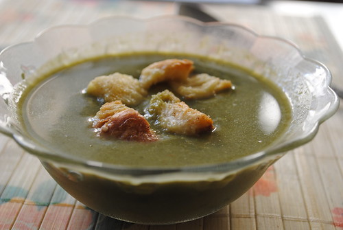 pureed spinach soup with croutons