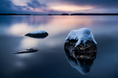 ocean longexposure winter sunset sea snow seascape water night reflections landscape vinter nikon cloudy sweden stones norden skandinavien sverige bluehour scandinavia archipelago skärgården roslagen singö reflektioner blåtimmen långexponering d7000 singöfjärden