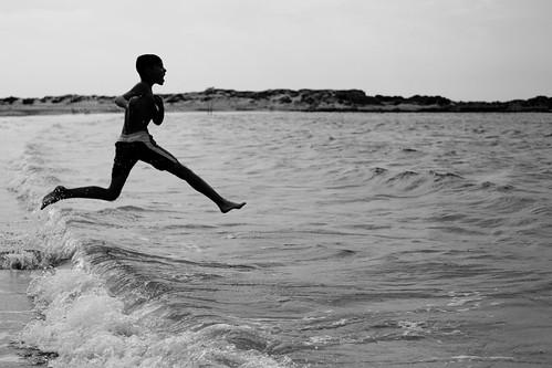 [フリー画像素材] 人物, 子供 - 男の子, 跳ぶ・ジャンプ, 人物 - 海, モノクロ ID:201212190400