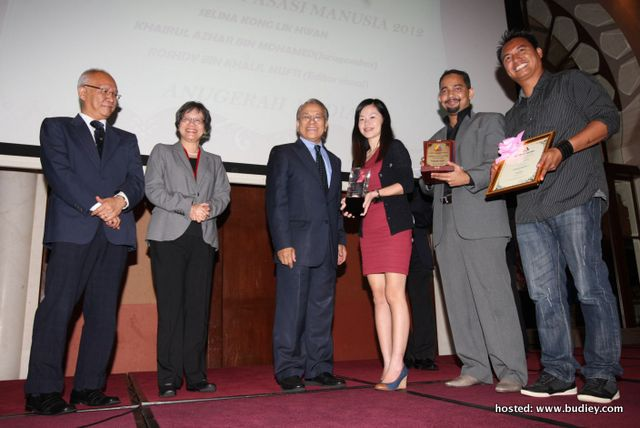 Selina Kong (4th from left) receiving the award from SUHAKAM Chairman, Tan Sri Hasmy Agam (3rd from left)