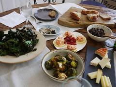 木, 2012-11-29 12:49 - リュスティック、ケールチップス、芽キャベツのハニーマスタード風味、きのこのクロスティーニ、燻製サーモン、オイルサーディン、チーズ各種