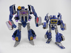 Transformers Soundwave Voyager - Generations Fall of Cybertron - modo robot vs WFC Deluxe