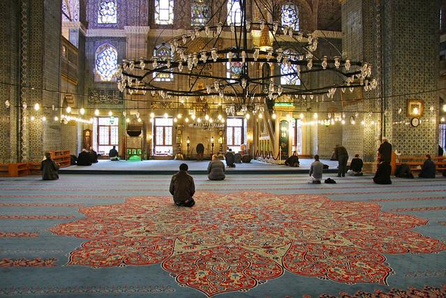 People praying in Yeni Cami, Istanbul, Turkey イスタンブール、イェニ・モスクでお祈りする人々