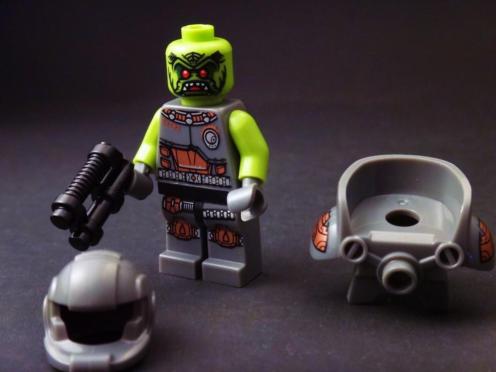 LEGO minifig series 9 alien avenger