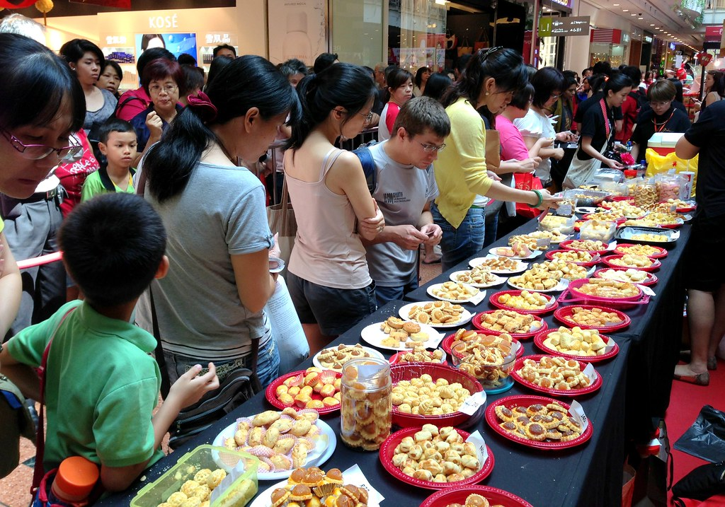 Enthusiastic shoppers wait their turn to sample the array of nominated pineapple tarts and cast their vote (3)