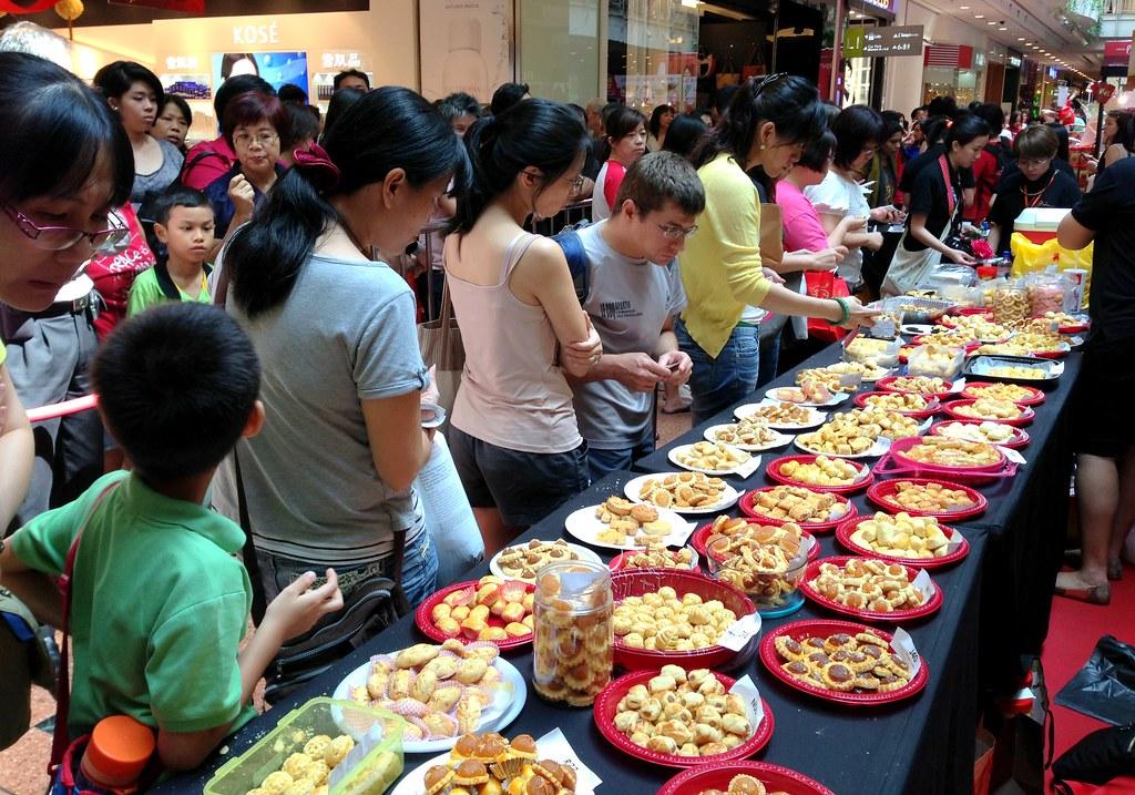 热情的购物者等待着轮到他们挑选一系列被提名的菠萝馅饼并投票(3)