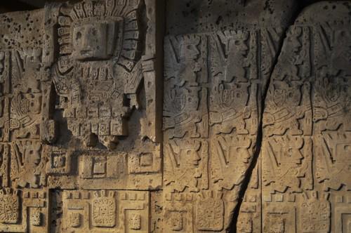 Puerta del Sol de Tiahuanaco, originalmente se encuentra a 4.100 metros de altura, en el altiplano boliviano. Pertenecía a una asombrosa cultura que desapareció de la noche a la mañana. La puerta contiene extraños seres con un mensaje indescifrable. Viaje en la nave del misterio - 8277746963 7df8f44e54 - Viaje en la nave del misterio