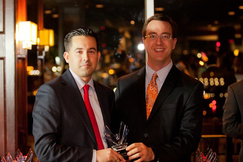 Juan Diego Sánchez recibe el Victory Award de manos de Chad Barth (Eventbrite)