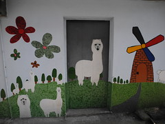 牛犁在學童上學必經之路房舍進行彩繪,讓孩子們的一天快樂啟航。