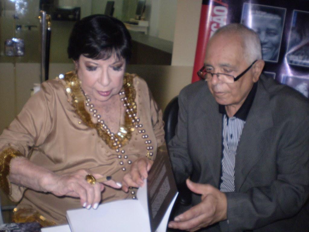 Inezita Barroso autografando seu Livro ao amigo Antonio Borba.