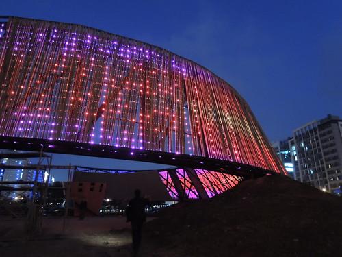 竹外牆夜間LED燈表演效果預演。台達電子文教基金會提供。