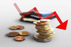 Euro Muenzgeld und Portmonee mit rotem Pfeil (Geld, Kleingeld, Muenzen)