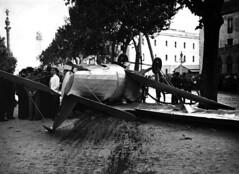 Crèdit foto: Arxiu Pérez de Rozas/Arxiu Fotogràfic de Barcelona: Imatge d'un avió militar que es va estavellar a la Rambla.