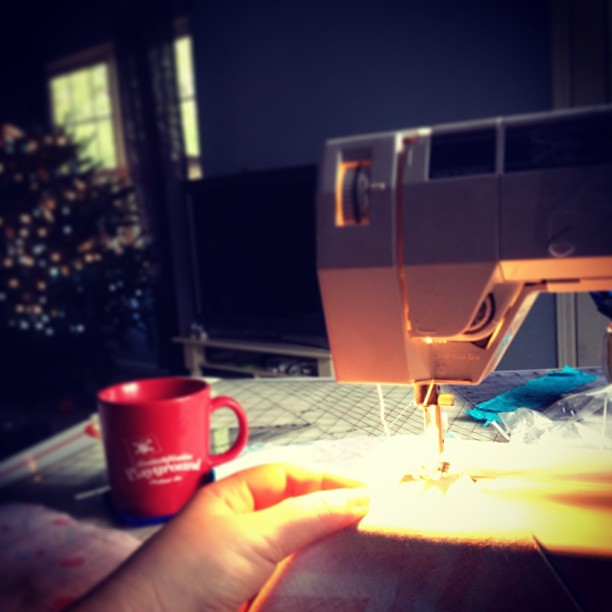 Everything is better by Christmas tree light. #quiltsbychristmas