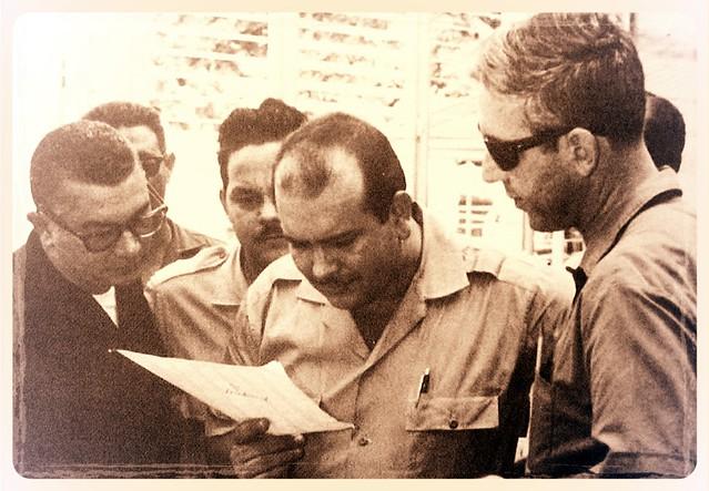 Manolo Tavarez Justo leyendo documento (Reproduccion)