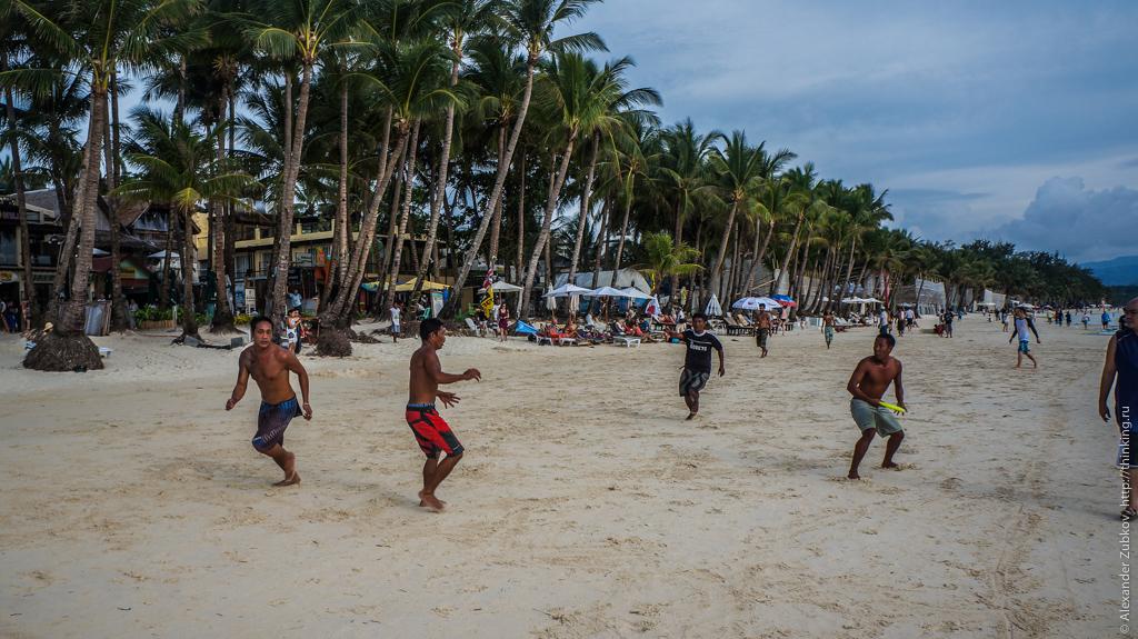 Что-то похожее на американский футбол на Белом пляже на острове Боракай