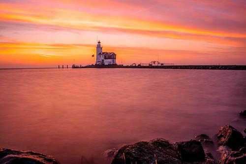 longexposure morning november light lighthouse monument water sunrise nikon ngc fullframe fx vuurtoren ijsselmeer ochtend eiland vlag markermeer zonsopkomst langesluitertijd d700 paardvanmarken