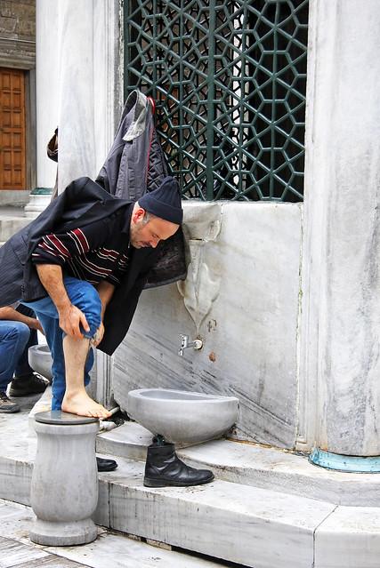 A man cleaning before the prayer, Istanbul, Turkey イスタンブール、お祈り前に身を清める男性