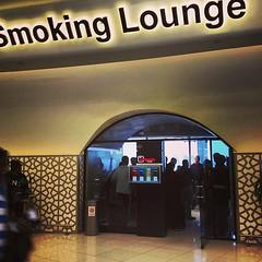 Weil der Bedarf so groß ist, steht die Tür immer offen und Rauchgeruch belästigt andere Gäste :( #abudabi #termimal1 #smokinglounge  #fehlplanung