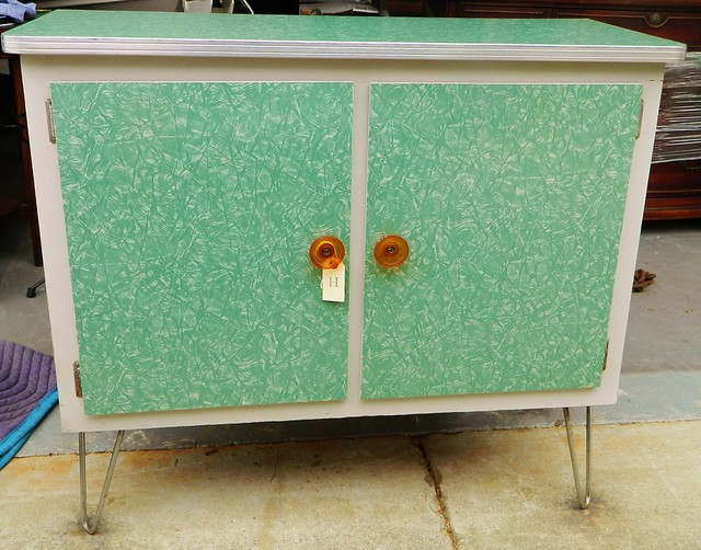 1940s stand alone kitchen storage unit via homeologymodernvintage.com