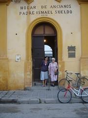 En la puerta del Hogar con Lila