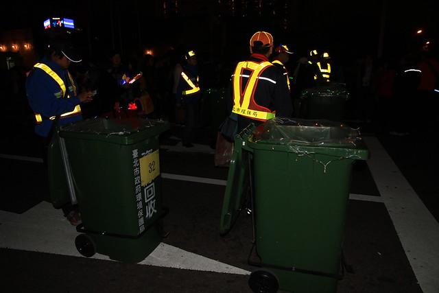2013台北市跨年晚會垃圾-行動垃圾桶-201212312329-賴鵬智攝