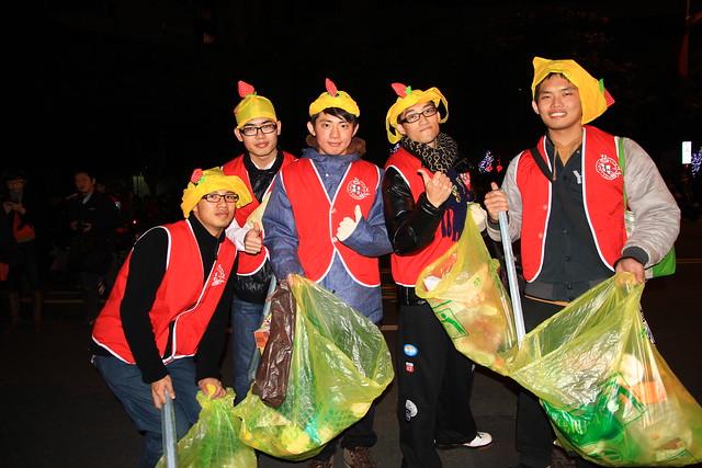 2013台北市跨年晚會-崇德青年社志工收垃圾-1-2012312359-賴鵬智攝