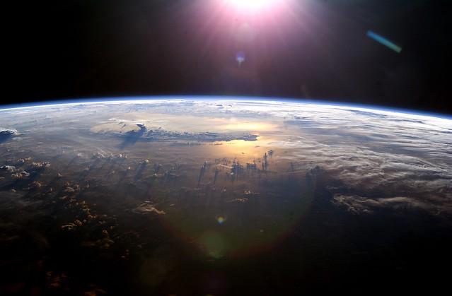 Sol poniéndose sobre Océano Pacífico