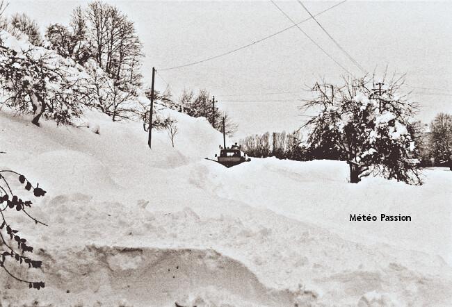dégagement des axes de circulation par chasse-neige après l'épisode de neige de décembre 1990 dans le Centre-Est météopassion