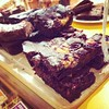 Moreish Raspberry Cheesecake chocolate brownies at @Hulajuicebar #grassmarket #tfge