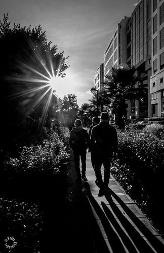 reflejo calle flickr street flickrelite blackandwhite walk hombres men sun fujifilm ciudad city outdoor blancoynegro bw contrast urban monocromatico shine fujifilmcolombia xf1024 bogota